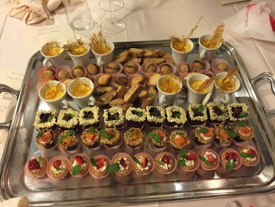 Buffet Di Dolci Mignon : Buffet dolci babà mignon di grand hotel balestrieri foto