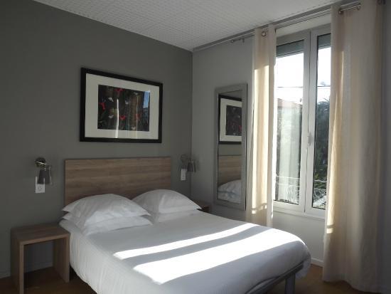 Hôtel Le Petit Castel : Chambre deuxième étage