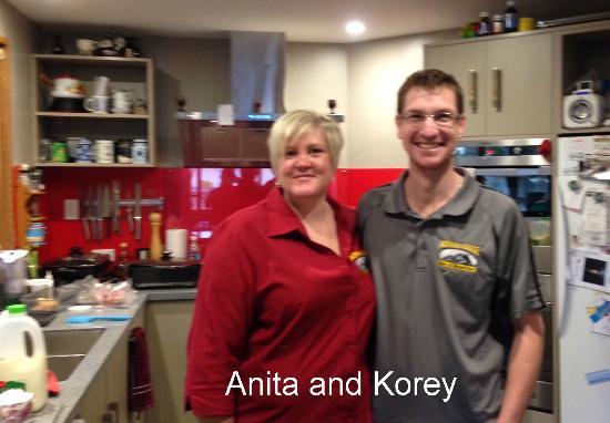 Aoraki Lodge: Anita and Korey in the kitchen
