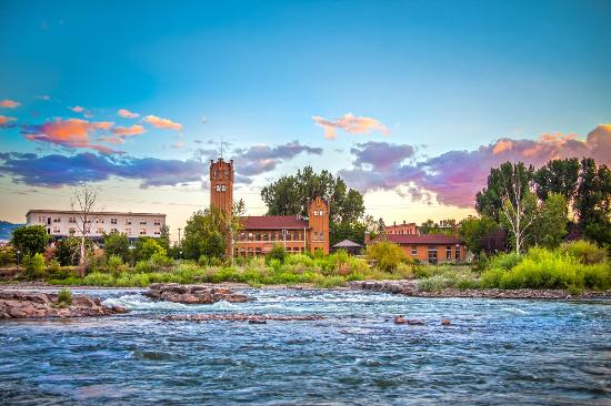 Миссула, Монтана: A view of the Clark Fork River through Downtown Missoula