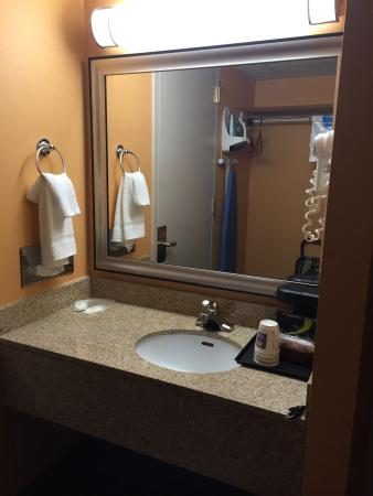 Travelodge Absecon Atlantic City: Sink area. Bathe shower and toilet and separated from the sink by a door.