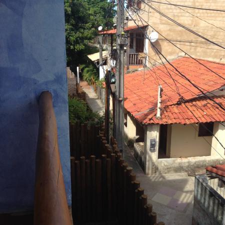 Pousada Rosa dos Ventos: Tirei esta foto para que voces entendam como é o anexo. A pousada fica lá no telhado marrom. E e