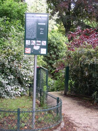 Paryż, Francja: The monument sign for the garden