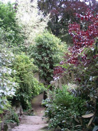 Paryż, Francja: Steps descending to the garden