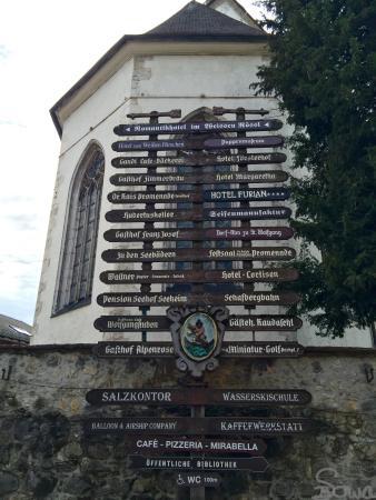 St. Wolfgang: Wegweiser vor der Kirche