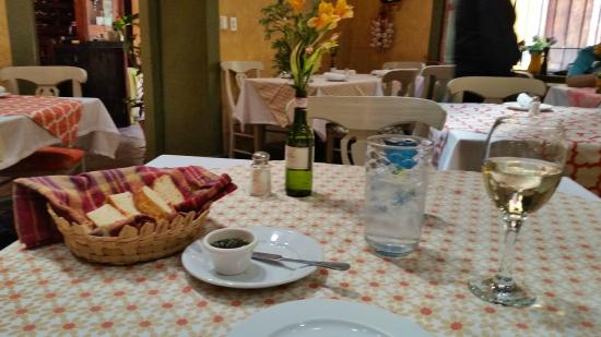 Vivoli Cafe and Trattoria: Starting with bread, olive tapenade, water and wine