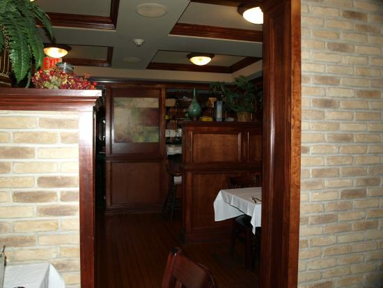 Garrison's Tavern & Wine Cellar: Warm atmosphere highlighted by the rich woodwork