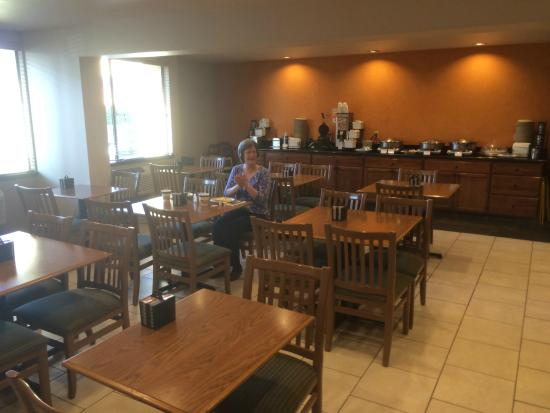 Best Western Plus Skagit Valley Inn and Convention Center : Large and thoughtfully furnished breakfast room