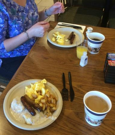 Best Western Plus Skagit Valley Inn and Convention Center: Delicious breakfasts each morning - hot and cold items
