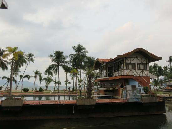 Aunchaleena Beach Front Resort: the floating swimming pool