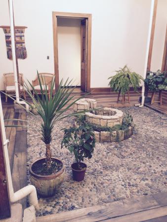 Hostal Valle Hermoso: Centro del hall hostal con pileta de agua