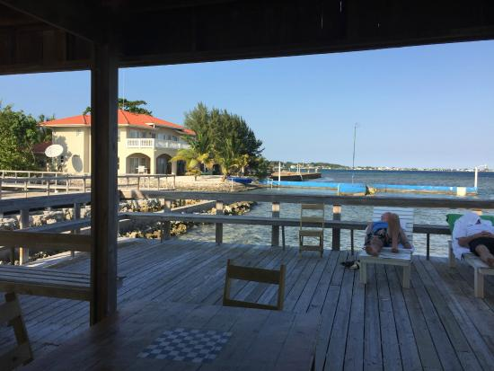 Coral View Beach Resort: Bar on the dock
