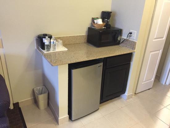 Baymont Inn & Suites Mundelein Libertyville Area : New fridge and microwave