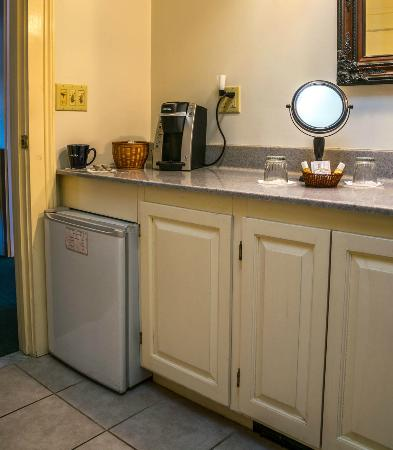 West Chesterfield, Nueva Hampshire: Room #20 bath with mini frig and coffee service
