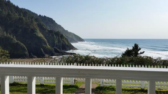 Heceta Head Lighthouse Bed and Breakfast: Another southern view from just inside the grounds
