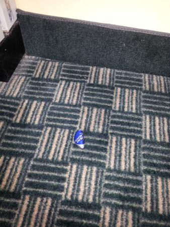 Baymont Inn & Suites Huntsville Airport/Madison: Poor cleaning crew, bottle cap in plain sight on the floor