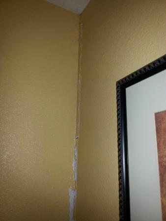 Baymont Inn & Suites Huntsville Airport/Madison: Looks like water damage in the corner, never repaired