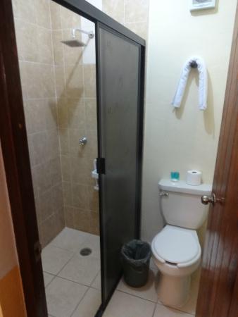Hotel Tunich Beh: Banheiro - Ducha formato quadrado