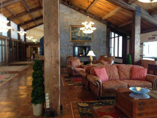 Samoset Resort On The Ocean: Spacious lobby overlooking the ocean.