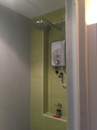 Bliss Boutique Hotel: Small bathroom with overhead shower