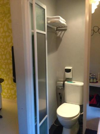 Bliss Boutique Hotel: Small bathroom