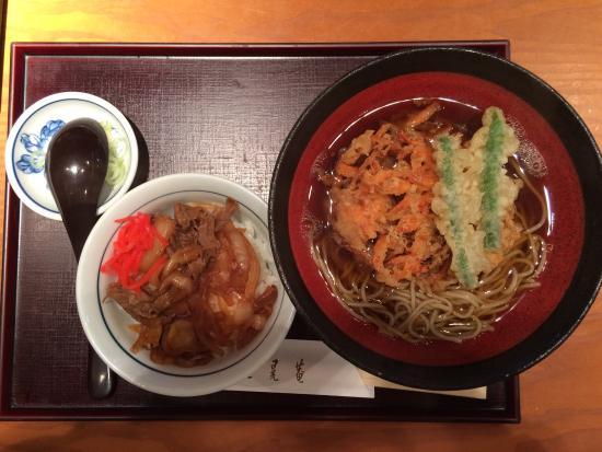 Sankoan : かき揚げそばとミニ牛丼。