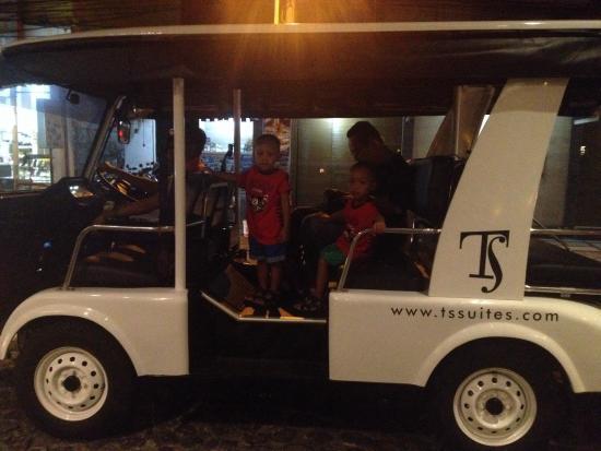 TS Suites Leisure Seminyak Bali: Pada waktu cari makan malam hari kani diantar menggunakan shuttle ini, yg biasa digunakan untuk