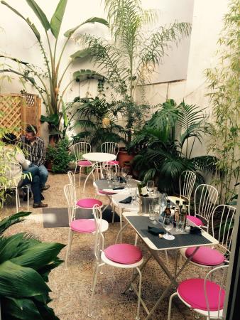 Café Scholl: Petite cour a l'arrière du café