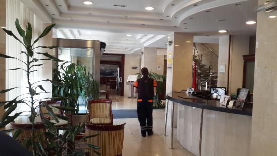 Hotel Gran Legazpi: Recepción y exterior