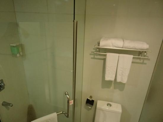 Sunon Holiday Villa: シャワーブース&トイレ