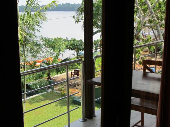Riverside Inn Fuji Bentota: Aussicht über den Balkon (hier werden auf Wunsch auch Frühstück und Abendessen serviert) und den