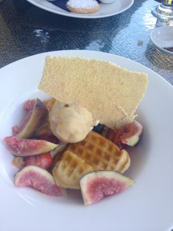 Amanda's on the Edge: Waffles with figs, berries and butterscotch sauce - yum!