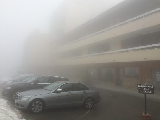Hotel Le Dome : Le parking extérieur privé devant l'hôtel