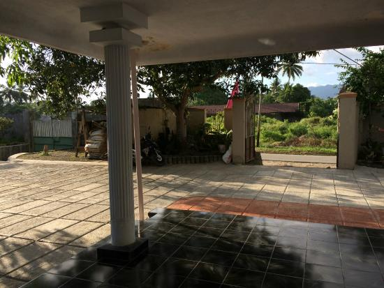 North Sulawesi, Indonesien: Secure gated grounds
