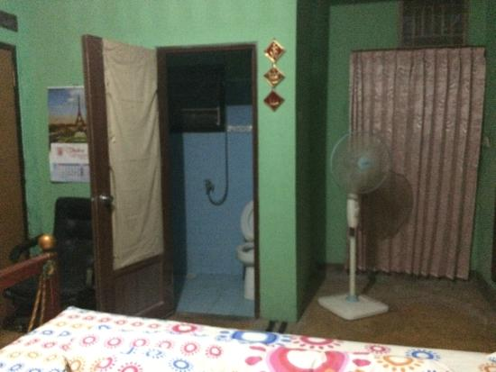 North Sulawesi, Indonesien: Bathroom with toilet and mandi