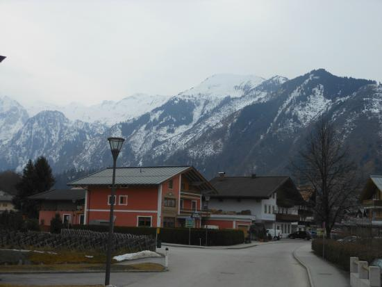 Pension Bergheil: View of the Hotel with Mountains behind