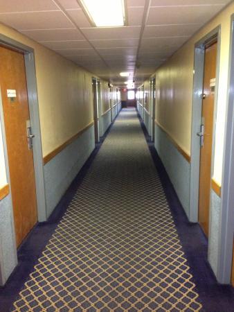 Economy Inn Lancaster: interior hallway