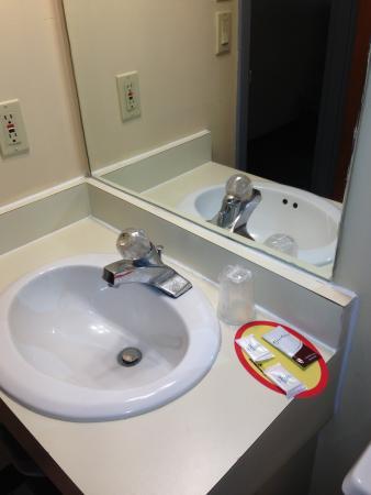 Economy Inn Lancaster: bathroom area