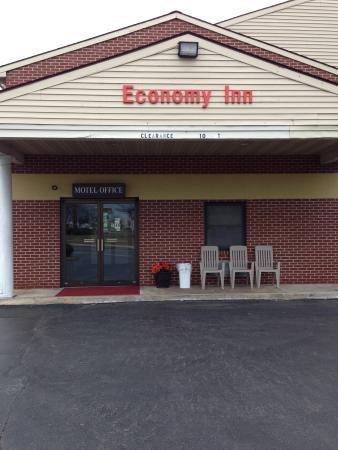 Economy Inn Lancaster: front entrance