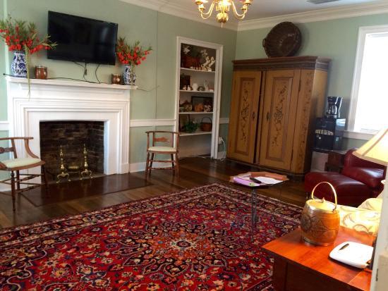 Colonel's Cottage Inns: Bourbon loft - private living room