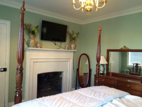 Colonel's Cottage Inns: Bourbon loft - bedroom