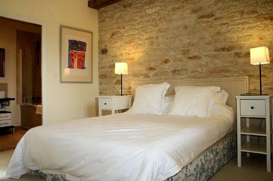 Éclance, France : Relax in the main bedroom of Les Hirondelles