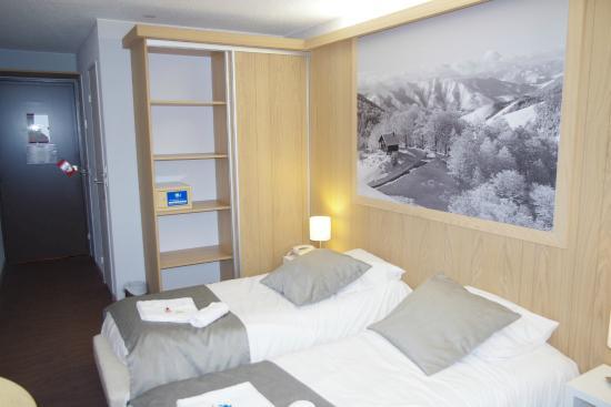 Hotel Club MMV Les Bergers : Chambre et rangement.