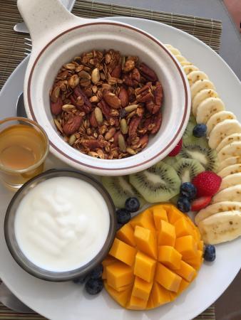 Casa Caribe Bed and Breakfast : Granola / yogurt breakfast.