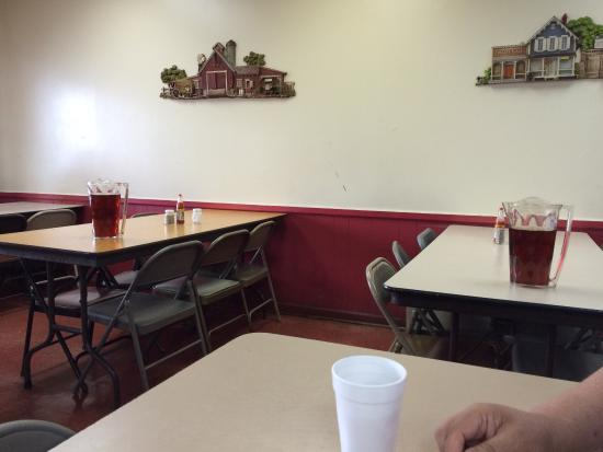 Duke's Bar-B-Que: Tables ready with sweet tea pitchers