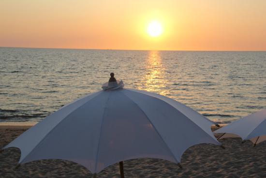 Lanta Palace Resort & Beach Club: Solnedgång sedd från poolen
