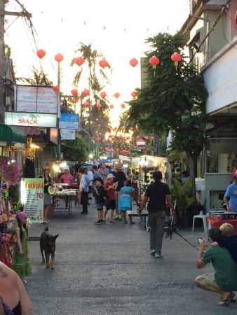 Bophut Walking Street: Just before sun down and it getting really busy....