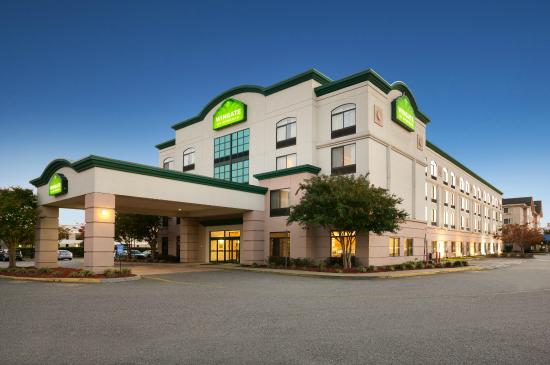 Wingate by Wyndham Chesapeake: Hotel Exterior