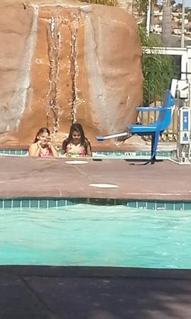 Quality Inn Pismo Beach: GG and Ky Ky in hot tub.