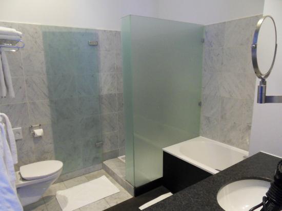 Hotel Messeyne: Bath/shower room(#10)